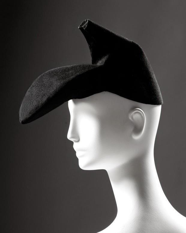 3-schiaparelli-chapeau-chassure-c2a9-roger-viollet